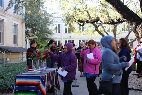171212 OLG Day At OLLU – Ofrenda De Rosas_renamed_28936